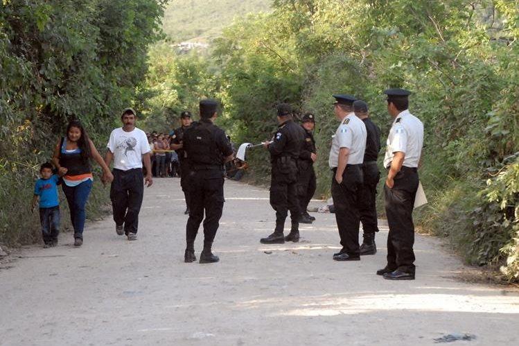 El cadáver fue encontrado en un camino comunitario. (Foto Prensa Libre: Hugo Oliva)