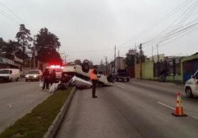 Picop volcó en el kilómetro 11 de la ruta al Atlántico. (Foto Prensa Libre: Provial)