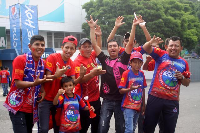 La afición escarlata apoyo a su equipo en el partido del domingo contra Comunicaciones. (Foto Prensa Libre: Jesús Cuque).