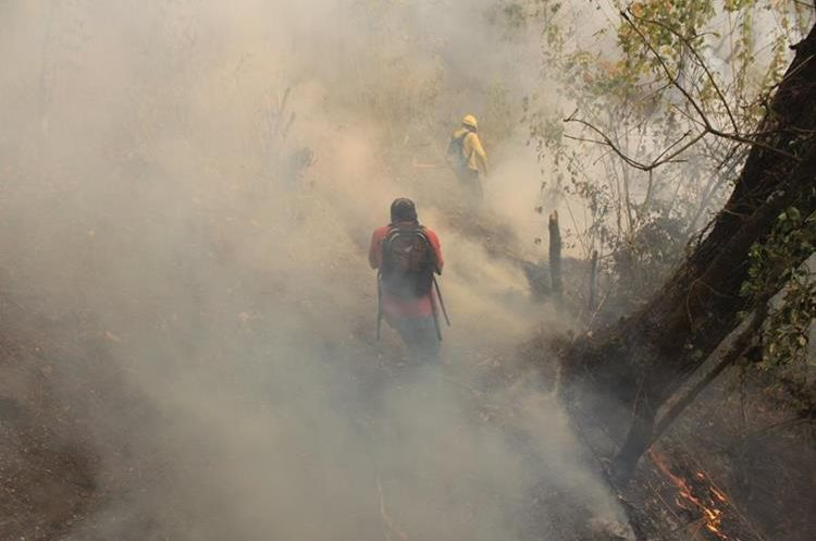 El que está activo ahora y dio inicio el mediodía del pasado miércoles, cerca de un hotel denominado la Fortuna, combaten el incendio 90 personas.