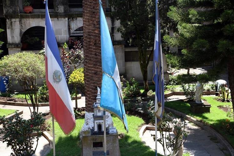 Las banderas del interior de la municipalidad lucen descoloridas y dañadas. (Foto Prensa Libre: Carlos Ventura)