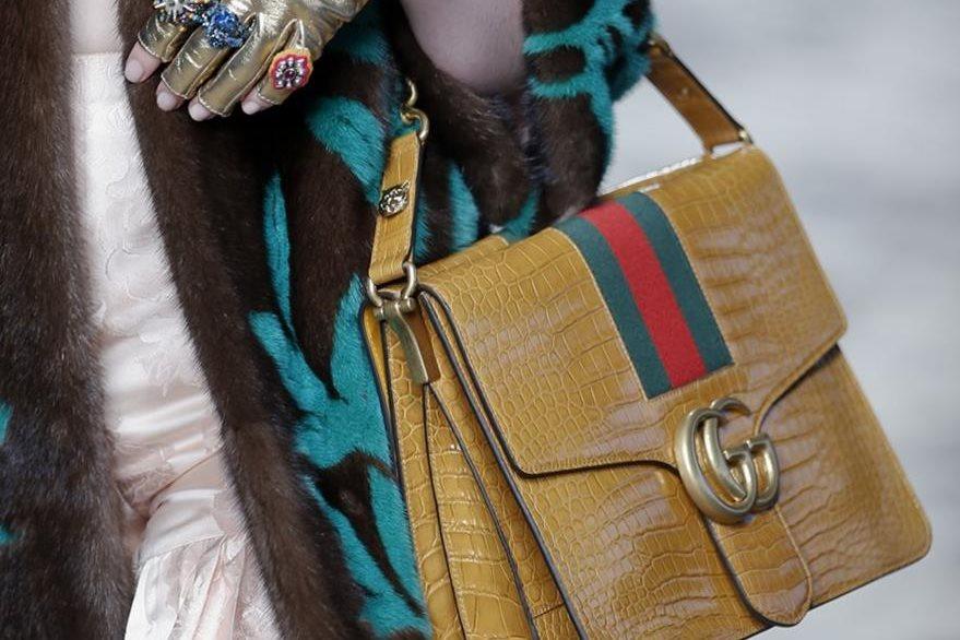 Los bolsos de asas cortas formaron parte de los accesorios para la colección de Gucci. (Foto Prensa Libre: EFE).