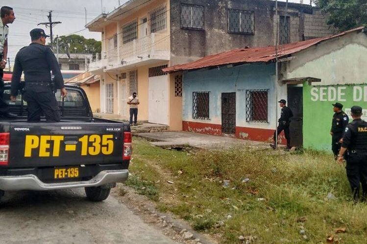 Agentes policiales resguardan viviendas durante allanamientos en varios puntos de Petén. (Foto Prensa Libre: Rigoberto Escobar)