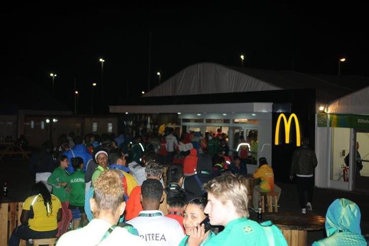 Los atletas tienen que hacer largar filas para comer su hamburguesa. (Foto Prensa Libre: Jeniffer Gómez)
