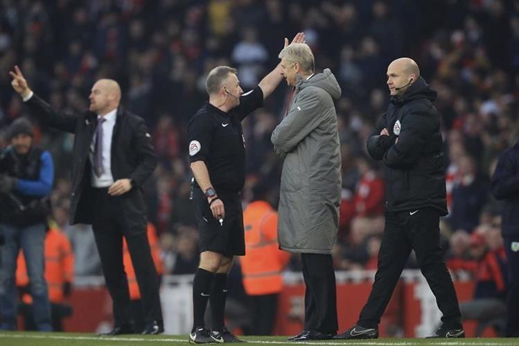 El técnico del Arsenal, Arsene Wenger, discute con los árbitros en el partido entre su equipo y el Burnley. (Foto Prensa Libre: AP)