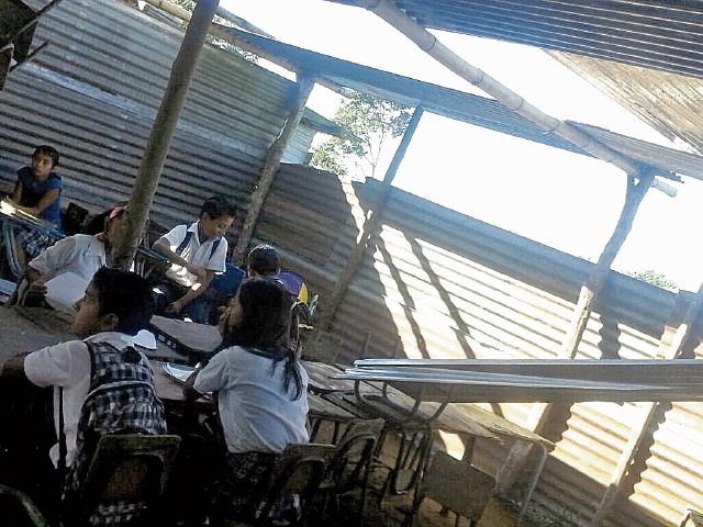 El viento arrancó algunas láminas de la escuela de El Quetzal, San Pablo, San Marcos. (Foto Prensa Libre: Aroldo Marroquín)