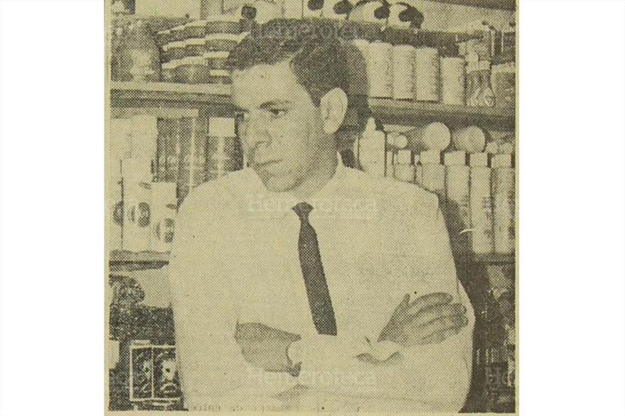 El señor Rene Dacaret, co propietario del almacen La Super Samaritana, es entrevistado luego del atentado.  Foto del 20/12/1969.  ( Foto: Hemeroteca PL)