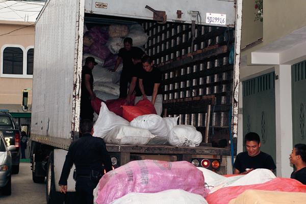 Furgón en el que eran transportadas las mochilas y pelotas con el logo del Gobierno, en San Marcos. (Foto Prensa Libre: Aroldo Marroquín)