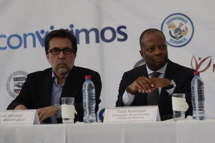 Luis Arreaga junto a Todd Robinson en un acto público en Guatemala. (Foto Prensa Libre: Hemeroteca PL)