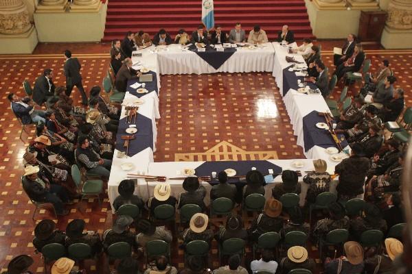 Delegados indígenas de Sololá, durante reunión en el Palacio Nacional con representantes del Gobierno.