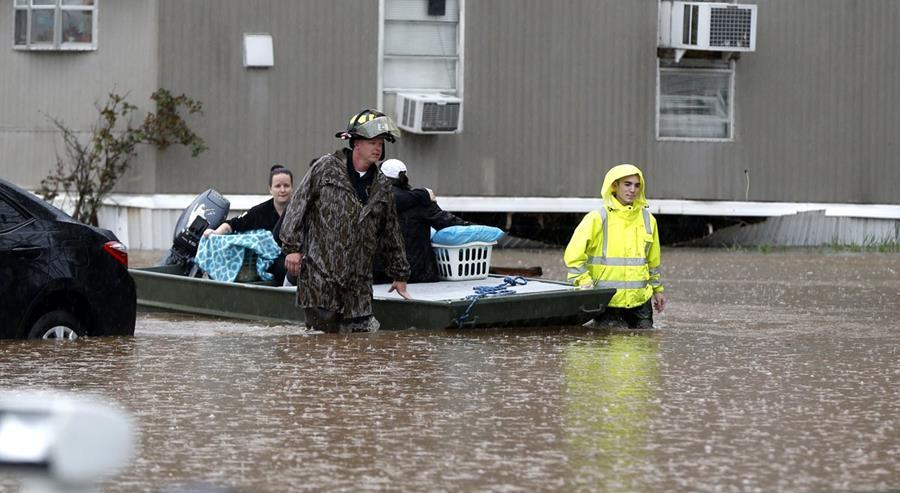 Bomberos ayudan a residentes a evacuar en Louisiana. (Foto Prensa Libre: AP).