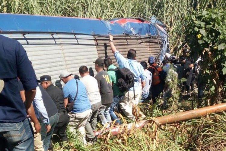 Unidad accidentada en la ruta al suroccidente, en Escuintla. (Foto Prensa Libre: @DTransitoPNC).