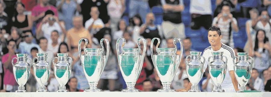 El portugues posó junto a las copas europeas que ha ganado el Real Madrid en su historia. Todos se preguntaban  si con el luso conquistarán la décima. 7/7/2009 (Foto: Hemeroteca PL)