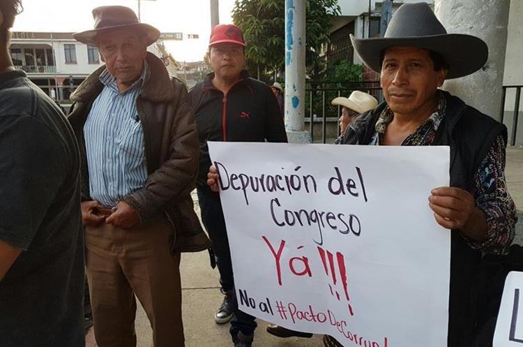 El grupo de manifestantes rechaza los actos de corrupción e impunidad por parte de funcionarios públicos. (Foto Prensa Libre: Ángel Julajuj)