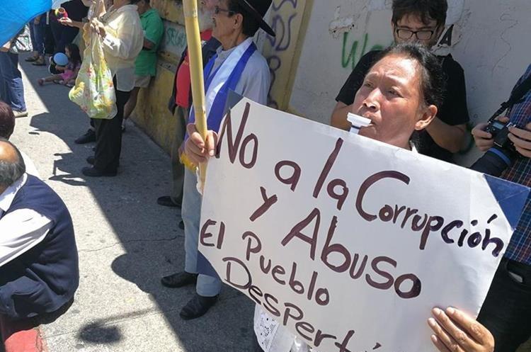 Unas 50 personas llegaron al Congreso para pedir a los diputados que quiten la inmunidad al presidente Jimmy Morales. (Foto Prensa Libre: Esbin García)