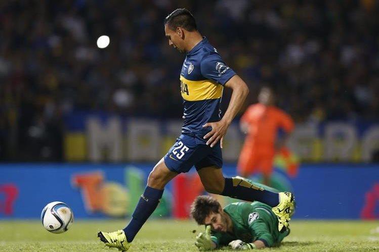 Andrés Chávez convierte el segundo gol de su equipo ante el portero de Rosario Central Manuel García. (Foto Prensa Libre: EFE)