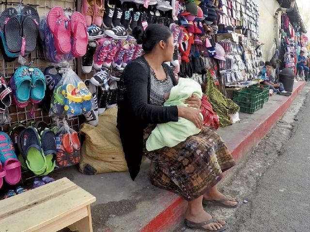 Carolina del Cid vende sus producto  en las calles de Cobán, como una salida ante el desempleo.