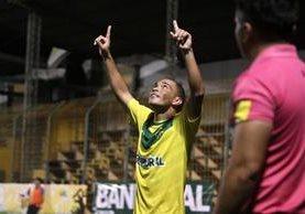 Janderson Pereira festeja luego de abrir el marcador para Petapa. (Foto Prensa Libre: Jesús Cuque)