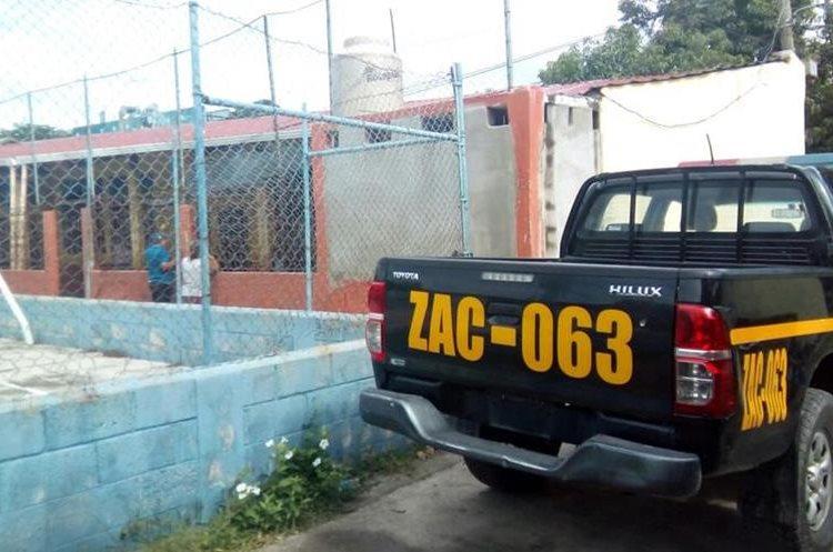 Para ingresar en la  Escuela Oficial de Párvulos de La Fragua, Zacapa, los ladrones rompieron la malla perimetral.  (Foto Prensa Libre: Mario Morales)