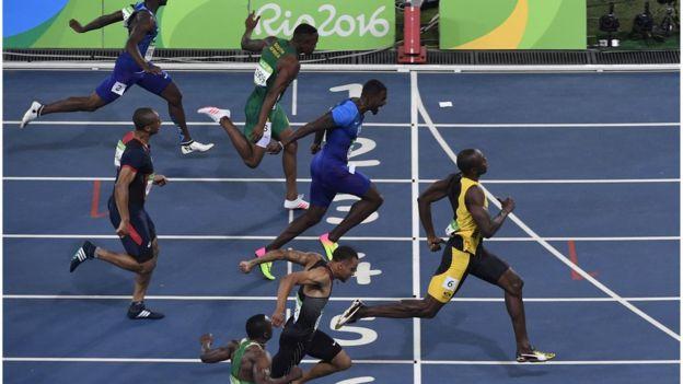 En los últimos 30 metros de Río Bolt adelantó a Justin Gatlin y logró la victoria. (AFP)