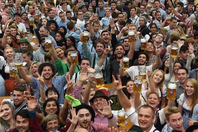 Visitantes abren la mayor festividad cervecera del mundo. (Foto Prensa Libre: AFP)