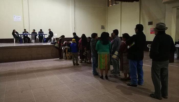 Lluvia y pocos votantes: así inició la Consulta Popular