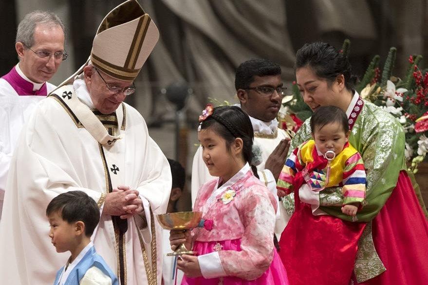Parte de los participantes, junto al Papa, durante la misa de Navidad en la Basílica de San Pedro. (EFE)