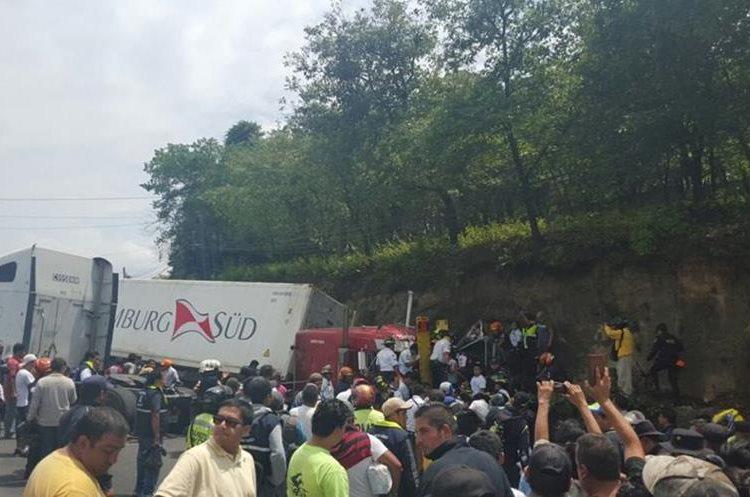 Socorristas trabajan para liberar a personas atrapadas en vehículos involucradas en accidente en Mixco. (Foto Prensa Libre: Sandra Zapeta)