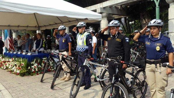 Los policías patrullaran las calles en bicicletas. El plan se extenderá a todo el país. (Foto Prensa Libre: Mingob)