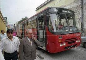 """Un bus """"gusano"""" transita por el centro histórico de la capital en 1998. (Foto: Hemeroteca PL)"""
