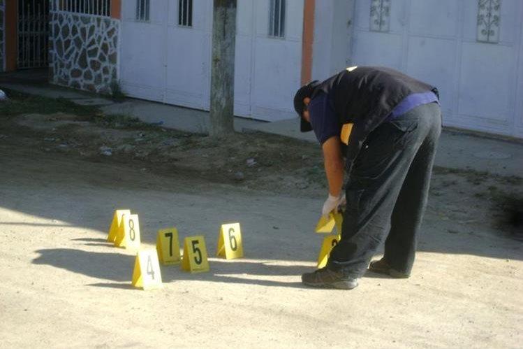 Fiscales recogen evidencias frente a la vivienda de la mujer que fue asesinada en Esquipulas. (Foto Prensa Libre: Mario Morales)