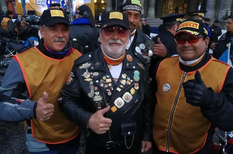 Eddy Villadeleón, el Zorro Mayor, y amigos se preparan para la peregrinación. (Foto Prensa Libre: Paulo Raquec)