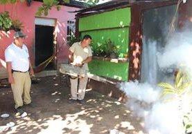 Personal de Vectores fumiga una vivienda en San Benito, Petén. (Foto Prensa Libre: Rigoberto Escobar).
