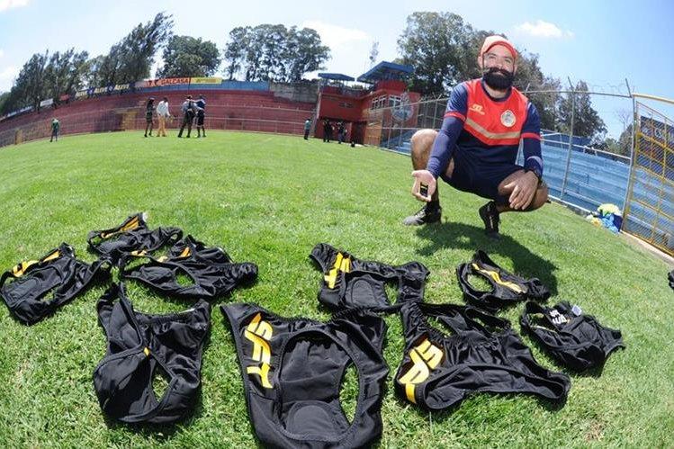 César Ramírez, científico del deporte, realiza las pruebas con el GPS en Municipal. (Foto Prensa Libre: Francisco Sánchez)