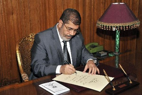 <p>El presidedente egipcio, Mohamed Mursi firmó un decreto para aprobar la nueva Consitución. (AFP)<br></p>
