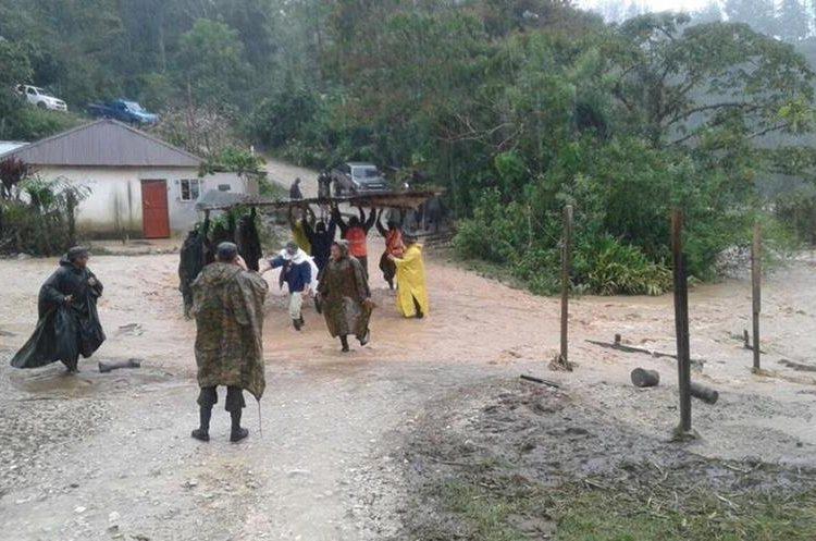 Lluvias ocasionaron derrumbes y socavamientos en San Mateo Ixtatán, Huehuetenango. (Foto Prensa Libre: Mike Castillo)