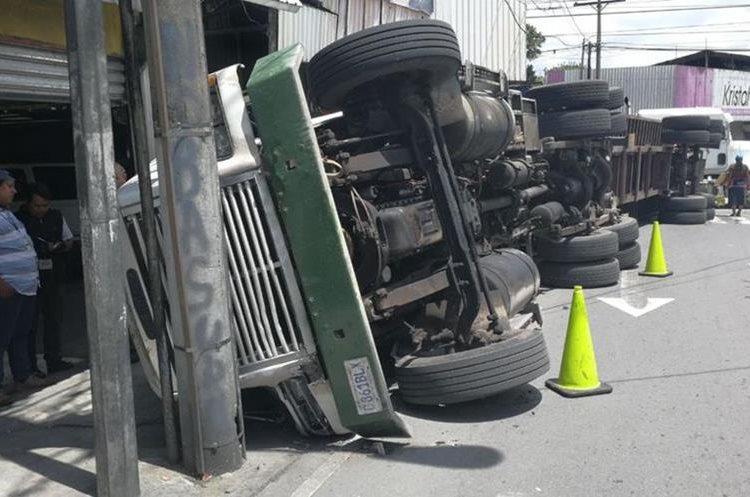 Un tráiler volcó al intentar girar sobre la 10a. avenida desde la Calle Martí, zona 2. (foto Prensa Libre: Erick Avila)