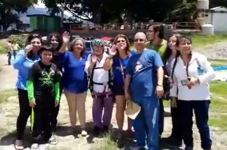 La familia de Alicia de Arévalo la acompañó en esta hazaña que soñaba con ansias. (Foto Prensa Libre: Eu LoAre/Facebook)