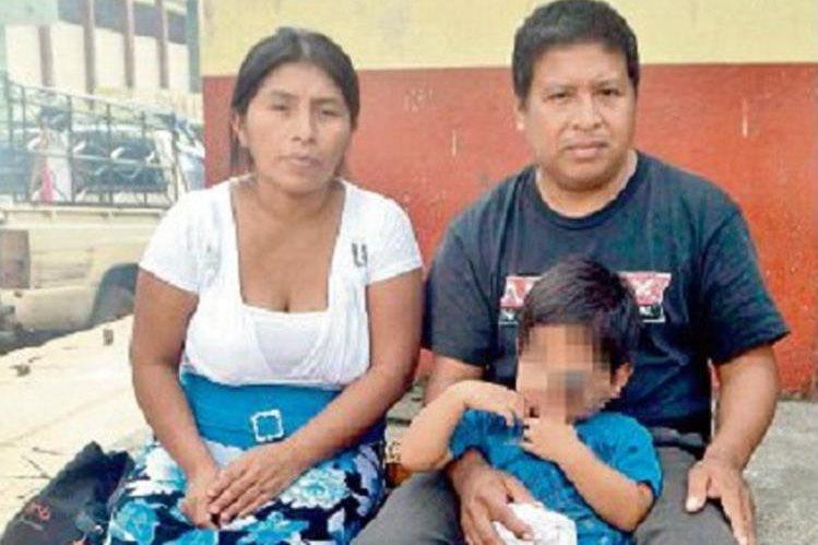 José Huinil y Gladys Ramírez, padres de Erwin Fernando, necesitan ayuda para curar a su hijo. (Foto Prensa Libre: Édgar Girón).