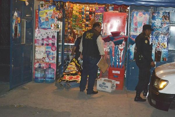 """<p>El doble crimen se cometió la noche del sábado en una tienda de Guastatoya. (Foto Prensa Libre: Hugo Oliva)<br _mce_bogus=""""1""""></p>"""
