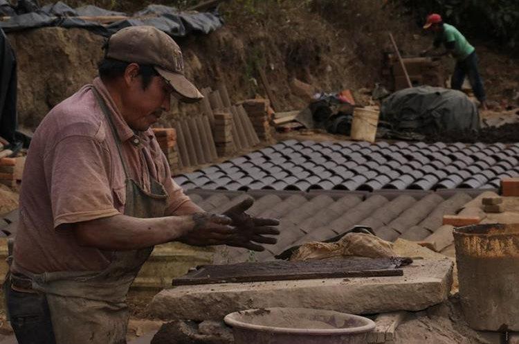 Elaboración de ladrillos y tejas fue declarado Patrimonio de la Nación. (Foto Prensa Libre: Víctor Chamalé)