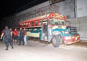 Autobús que conducía Narciso Palala Ochoa, 45, cuando fue atacado a balazos. Foto Prensa Libre: Rolando Miranda.
