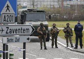 Soldados del ejército patrullan las inmediaciones del aeropuerto de Zaventem en Bruselas, Bélgica.