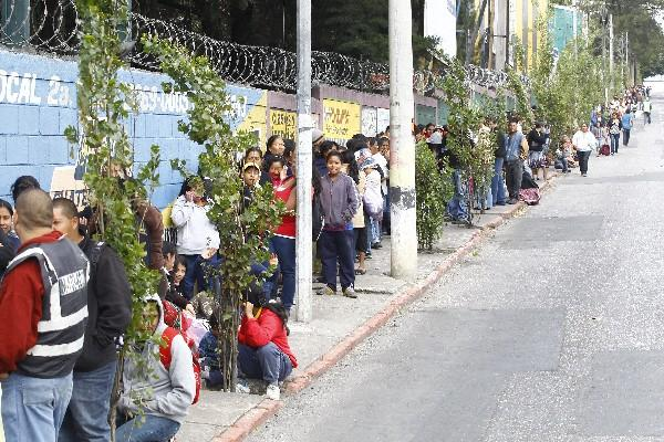 Miles hacen fila para recibir la Bolsa Segura.