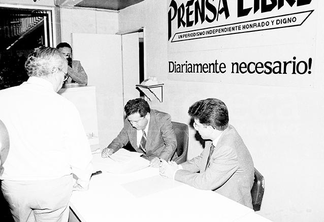 Durante el golpe de Estado de mayo de 1993 el gobierno de Serrano censuró a la prensa y mandó a intervenir las redacciones, entre éstas la de Prensa Libre. (Foto: Hemeroteca PL)