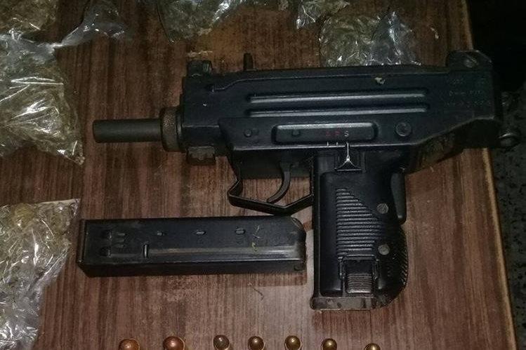 Una de las armas incautadas. (Foto Prensa Libre: PNC)