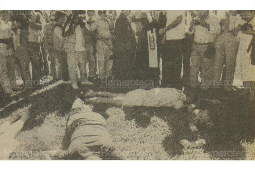 Reprteros, autoridades y curiosos rodean los cuerpos de los seis sacerdotes asesinados  en El Salvador. (Foto: Hemeroteca PL)