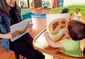 Una cartulina con imágenes que se pasan a la vista del bebé durante tres segundos contribuirá a mejorar su vocabulario.