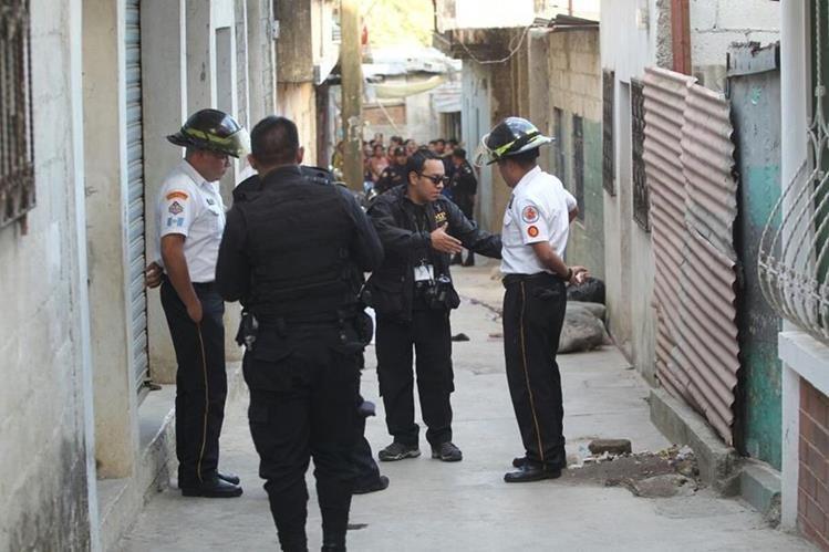 Fiscales y agentes de la PNC recaban indicios en el lugar donde se produjo el ataque armado en Los Cerritos. (Foto Prensa Libre: Érick Ávila)