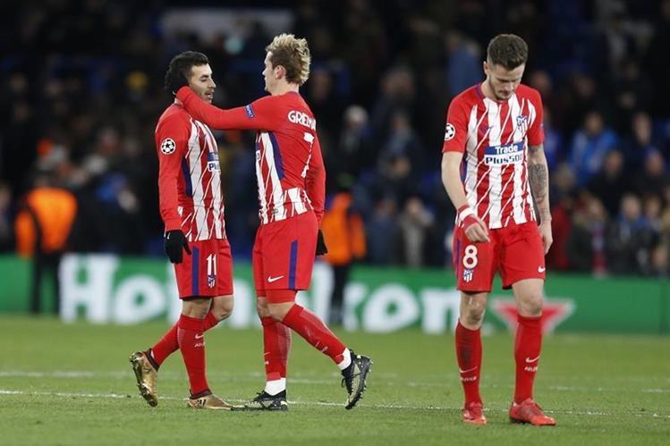 Los jugadores del Atlético de Madrid salen cabizbajos después de ser eliminados de la Champions League. (Foto Prensa Libre: AFP)